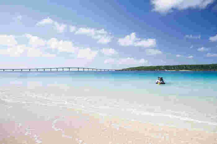 果てしなく続く白い砂浜は約7キロにも及びます。与那覇前浜ビーチからは、来間島を宮古島を結ぶ来間大橋を望むことができ、美しい海岸風景に華を添えています。