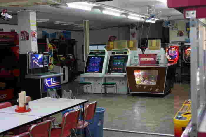 イートインスペースの隣には懐かしのゲーム機やジュークボックスも。昭和の終わり頃に大流行したインベーダーゲームもありますよ!ジュークボックスでは美空ひばりや松田聖子、ジュディ・オングなどの昭和の名曲を聴くことができます。