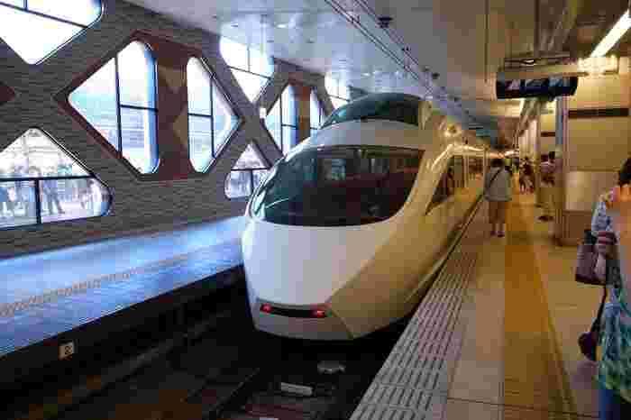 「箱根湯本駅」へは、箱根登山鉄道だけでなく、小田急ロマンスカーも乗り入れ、利用すれば『新宿駅』から約1時間30分で到着出来ます。(特急料金が要らない快速急行を利用した場合でも、小田原乗り換えで約2時間と日帰り可能。)  【新宿駅ロマンスカー乗り場。ロマンスカーには5車種あり、この車両は、鉄道車両としては初めてのオフィスチェア技術が採用されたVSE(50000形)で、長時間の移動も快適。】