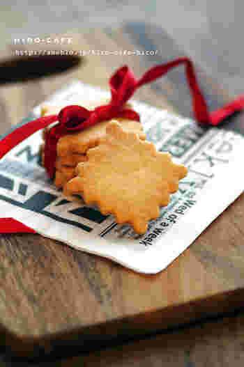 プチギフトと聞いて、まず「お菓子」を思い浮かべる方はかなり多いのではないでしょうか?食べ物は形として残らないため、相手に負担のかからない手軽なギフトだと言えますよね。お菓子をプチギフトとして贈る時に大切なのは、なるべく日持ちのする物を選ぶということ。手作りのクッキーもおすすめですよ♪こちらは卵や小麦粉を使わずに作れる「米粉のクッキー」。素朴な味わいが魅力です。