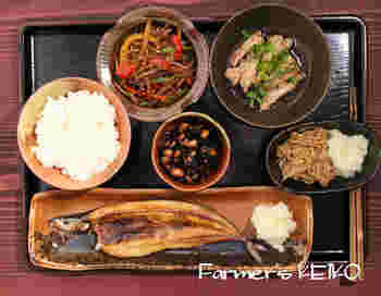 """日本らしい晩ごはんメニュー。右上に添えられているのが、せせりを使った一品です。 鶏肉の皮からとった""""鶏油""""でせせりを炒めて、ポン酢をかけたらできあがり。"""