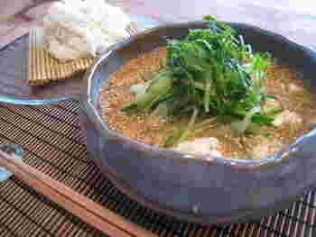 さっぱりとした素麺の食感に風味豊かな冷や汁がよく合います。魚の干物のかわりに魚の缶詰を使ってもおいしくできますよ。