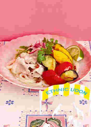ライムとナンプラーで味付けする、エスニックな冷やしうどんのレシピ。素揚げした夏野菜をのせて、彩りも綺麗に。うどんを使って作るので、気軽にトライできますよ♪
