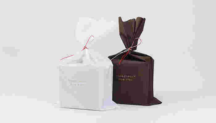 ■梨地袋ラッピング(無料) 箱のない小さな商品や複数商品などは、梨地袋ラッピングが用いられます。紅白の水引ゴムがいいアクセントですね。