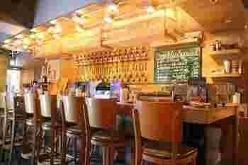 壁に並んだタップは、ビール好きの方はもちろんクラフトビールを初めて飲む方もワクワクするはず。カウンターでビール談義に花を咲かせるのも楽しそう。