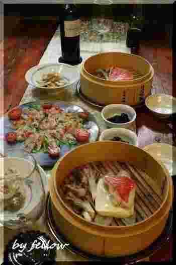 肉もいいですが、魚介もまた美味しいものです。旬の野菜を合わせて蒸してみましょう。 画像は切り身魚は《金目鯛》。魚は皮と身の間が美味しいもの。焼くのとは違った美味しさを味わえます。