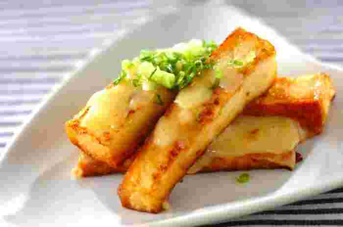 厚揚げをフライパンで焼いて、チーズなどを加えただけのシンプルなレシピ。約5分でササっと作れるので、急な来客時のおつまみとしてもおすすめです。 カロリーが180Kcalとヘルシーなのも嬉しいポイント。特別な調味料や食材を準備する必要がないため、気軽にチャレンジできます。