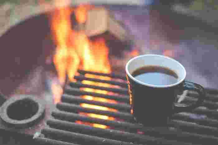 自然のなかでのんびりとコーヒーを楽しむのも素敵。手間をかけてこだわりの一杯を淹れられるのも、のんびり過ごせるキャンプならでは。新鮮な豆を挽いて、丁寧にお湯を注いで淹れたコーヒーをたしなむひと時は、まさに至福のひとときです。