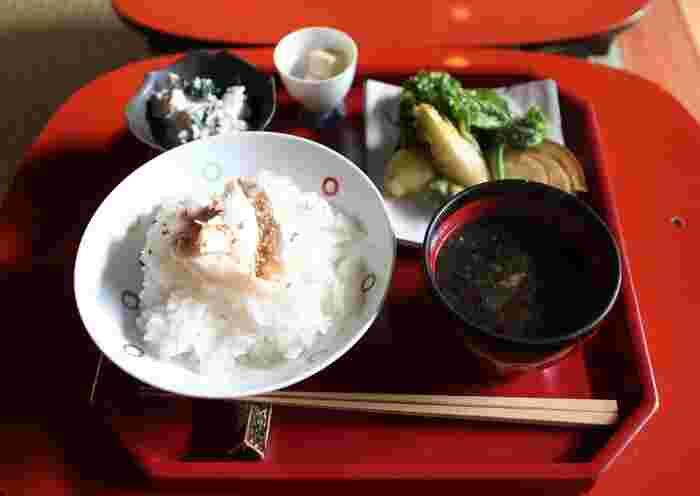 こちらは「一汁三菜」。お値段は800円とリーズナブル!丁寧に作られた和食をこのお値段で頂けるのは嬉しいですね。