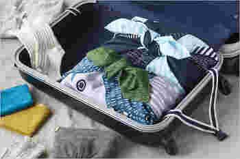 スーツケース内の整理に圧縮袋を使うのも便利ですが、それでは生活感が丸出し。でも、センスのいい風呂敷に包んでおけば、ホテルに着いたらそのまま取り出して置いておけます。バックとしても活躍してくれますよ。
