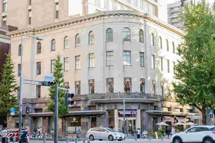 横浜の目抜き通り「日本大通り」には歴史的建造物が多く立ち並んでいますが、ひときわ絵になる「旧横浜商工奨励館(現・横浜情報文化センター)」は、関東大震災の復興事業として、1929年に建てられました。横浜市建築課の技師たちがアイデアを出し合って設計した震災復興建築のひとつです。