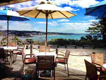 江ノ島の展望灯台のある「サムエル・コッキング苑」内にあり、海を一望できるテラス席が人気の「ロンカフェ」。なんと日本初のフレンチトーストの専門店です。