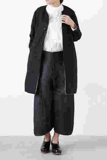丈が短めなので、ロングスカートやゆったりとしたシルエットのパンツと相性抜群。裏地には白い生地を使っているので、前を開けて着れば表裏のコントラストが楽しめ、袖をロールアップして着ればまた違った表情が楽しめます。