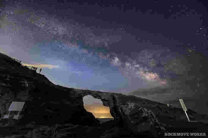 馬の背洞門は、実は天の川の観察スポットとしても有名です。晴れていれば、洞門のほぼ真上に天の川を望むことが出来ます。夕刻に馬の背に行き、夕日と共に天の川を眺めるのもおすすめ!街灯はありますが、足元が暗く危険なので、懐中電灯も忘れずに用意しましょう。