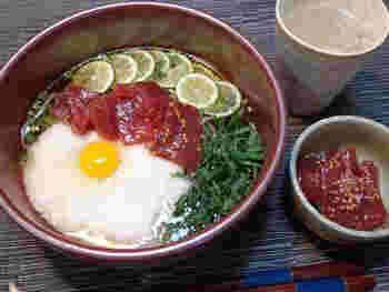 こちらはとろろ、卵に、マグロの漬けを加えた、ご飯にのせても美味しい贅沢なトッピング。すだちを添えれば、爽やかな香りもご馳走に♪