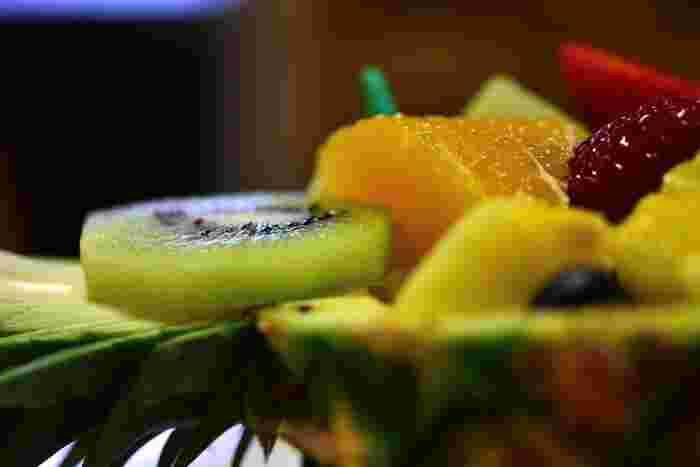 アメ横には日本中から新鮮なフルーツも集まってきます。どれもおトクな価格で販売されているので、ちょっと珍しいフルーツにチャレンジしてみるのもいいかも。