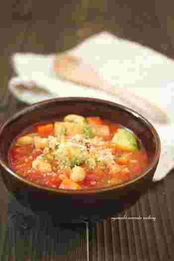 根菜とアボカドの食べ応え抜群な、和風ミネストローネ。だし汁や醤油を加えることで、和風味に仕上がり、ごはんも進む具だくさんスープです。根菜はごぼうやサツマイモなど、お好みのものでOKで、アレンジも広がります。