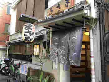 1947年創業の「まさる」は、天丼のみを唯一のメニューとする老舗の天ぷら屋さんです。お店は路地裏の目立たない場所にありますが、お昼時にはいつも行列が出来ています。