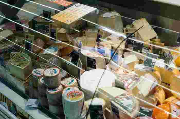 フランス人にチーズは欠かせません!チーズ専門店はもちろんスーパーなどのチーズの棚にもありとあらゆる種類のチーズが揃っています。レストランでデザートの代わりにチーズを選んでみたり、パリに滞在中に色々なチーズを試してお気に入りを見つけてみましょう。  お土産として持って帰るのであれば、ハードチーズがおすすめです。でもスーツケースに匂いが移ってしまうかもしれないので、家に着いたらすぐに取り出してくださいね。