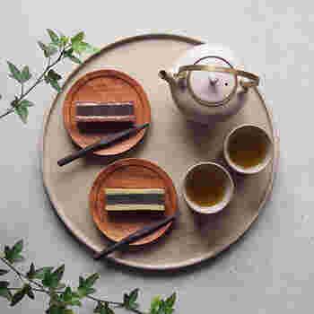 陶器のようなマットなテイストの漆で仕上げた丸盆です。熱や染みなど気にせず使えるので、アツアツのお茶も安心して置けますね。ざらりとした質感は味わい深く、存在感があります。