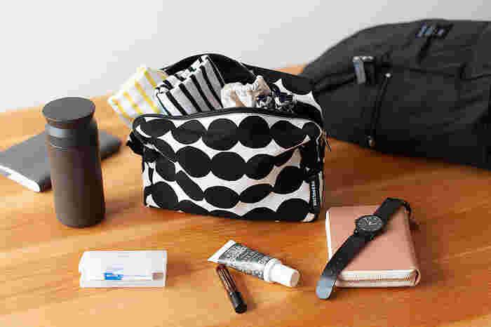 ついついなんでもかんでも、持ち歩きたくなってしまいますが、できるだけ荷物はコンパクトに、必要最低限のものだけを選ぶ訓練を積み重ねることで、すっきりとしたバッグが実現します。