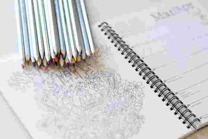 「大人の塗り絵」は単に趣味としてだけではなく、塗り絵がもたらす様々な効果についても注目されています。塗り絵には認知症予防やストレス解消効果があるとも言われており、最近では高齢者向けのレクリエーションとしても大人気です。リラックス効果も期待できる「大人の塗り絵」は、アートセラピーの一つとして幅広い年齢層の方に親しまれています。