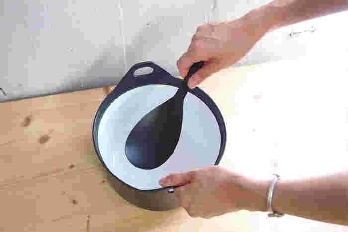 ブラックスプーンは、 料理を取り分けるだけでなく 調理にも使えます。  へらではパラパラしてしまう、 お玉ではよく混ざらないとき、 大きなスプーンならちょうどいい。  軽いので、 ささっとスムーズに手が動かせます。