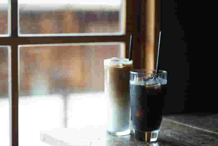 すっきりした喉ごしながらコクのあるアイスコーヒーと、二層が美しい濃厚なアイスカフェラテ。夏の二大人気メニューです