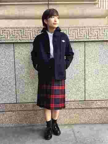 「DANTON(ダントン)」の冬の定番、ウールモッサジャケット。ウールジャケットと聞くとずっしり重いイメージがありますが、DANTONのものは肌触りもソフトでしっとりとしていて軽いのが特徴です。トラッドな着こなしにも、メンズライクなスタイルにもおすすめなアウターです。
