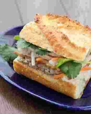 余ったなますをナンプラーで和え、焼き豚とレバーペーストと一緒に挟んだベトナム風サンドイッチ「バインミー」。 焼き豚は、ハムやベーコン、サラダチキンなどに代えてもOK! エスニック好きなら作ってみたい一品。
