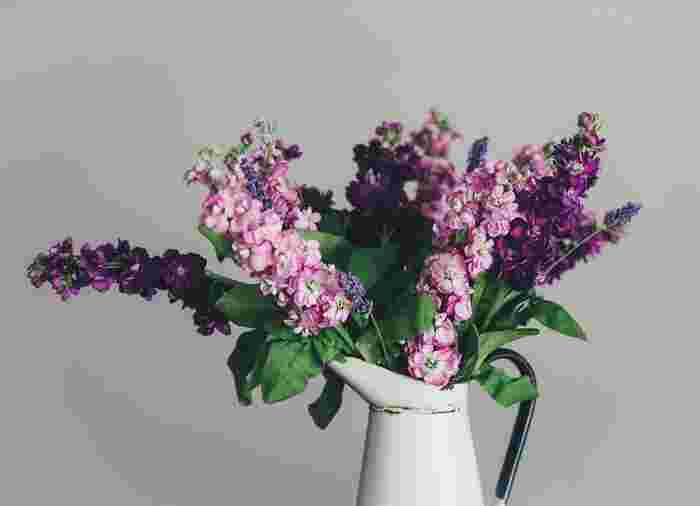 同系色でまとめてラベンダーを散らばらせて。落ち着いた雰囲気が漂います。細長い植物なので、背丈のある花瓶がオススメです。