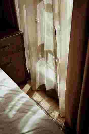 「一番目覚めにいい光はどこからくる?」朝日の角度は一年中動いています。カーテンやブラインドを調整することも、眠りの健やかさを導くポイントです。