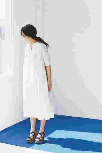 おしゃれにリラックス。一枚で着てサマになる「ゆったりワンピース」特集
