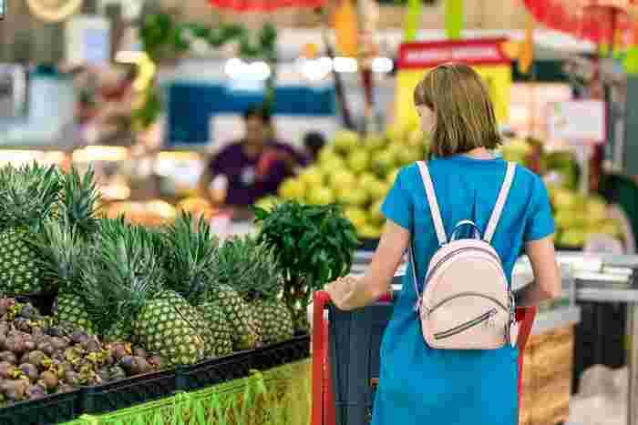 なるべく短時間で効率的にお買い物を済ませるためにも、いつも行くスーパーの売り場のルート順に買うものをリストアップしておくと便利です。店内での動きをを最小限にすることで売り場をあちこちさまよったり、目に付いた無駄なものをうっかり衝動買いするのを防ぐことができます。
