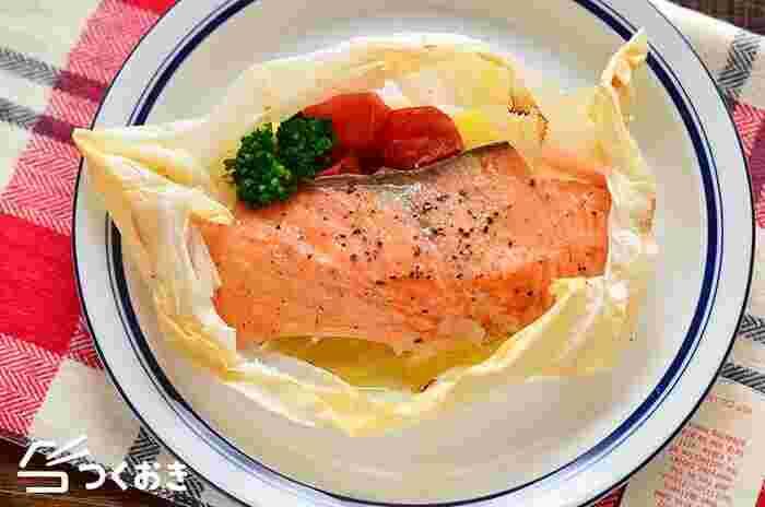 クッキングシートの中に切った玉ねぎ、ミニトマト、鮭を入れてトースターで10分焼くだけでできる時短レシピです。バターの風味と、蒸し焼きにすることで野菜の旨みが凝縮し、鮭の美味しさを引き立てます。
