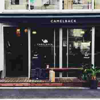 代々木公園駅から7~8分歩いた路地にある「Camelback sandwich&espresso(キャメルバック サンドイッチ&エスプレッソ)」は、海外のパン屋さんのようなスタイリッシュな外観が目印。2014年のオープン以来、行列ができる人気店としてたびたびメディアにも登場するお店です。