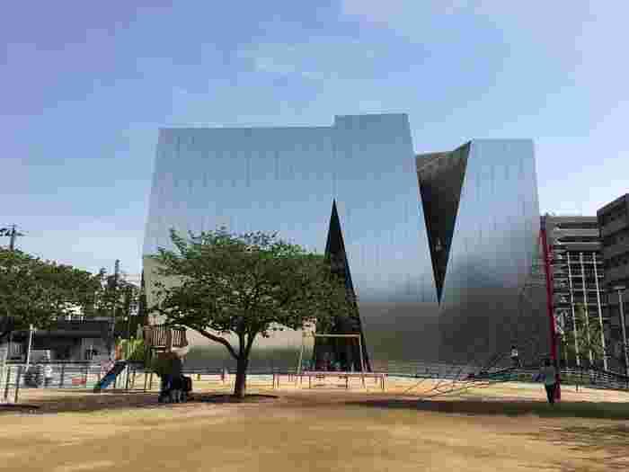 葛飾北斎が、現在の墨田区亀沢付近生まれ、90年の生涯のほとんどを墨田区内で過ごしたことからこの地に「すみだ 北斎美術館」を開設したそうです。