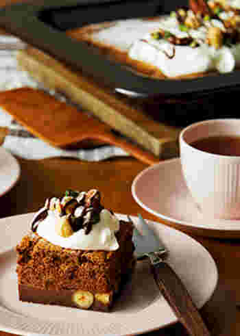 ふんわり&もっちり、異なる2層が織り成すその名もマジックケーキ。へーゼルナッツなど数種類のナッツを加えて、香ばしさと食感も楽しめます。