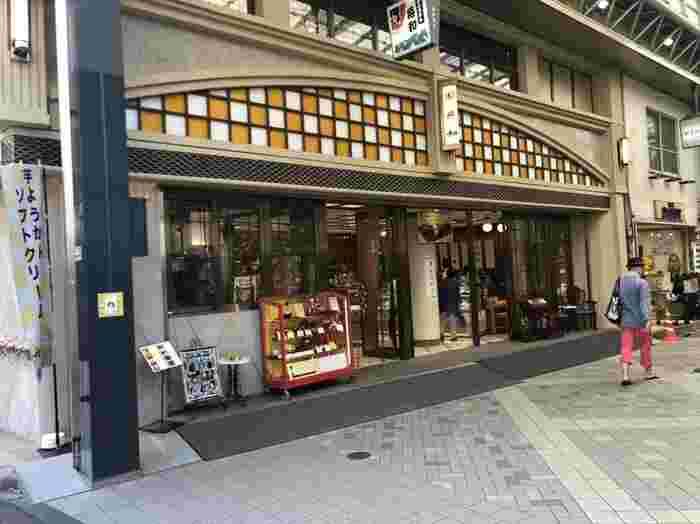 浅草を代表する和菓子店といえば「舟和」を思い浮かべる方も多いのではないでしょうか?浅草エリアには、喫茶店を含め7店舗あり、本店は新仲見世通りとオレンジ通りの角にあります。この場所には明治35年(1902年)からお店を構えているんですよ。