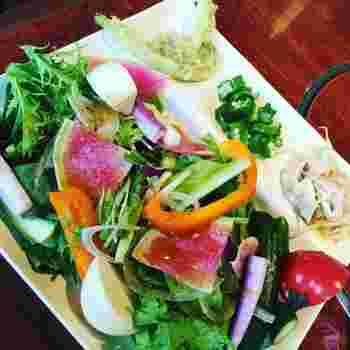 ランチはビュッフェスタイルで、常時30~40種以上の生野菜と10種以上のドレッシングを好きなだけいただけます。普段はあまり見かけることのできない珍しい野菜も多いので、ぜひ新しい味にも挑戦してみては?