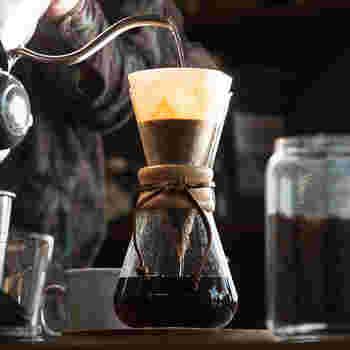 おうちでハンドドリップのコーヒーを楽しむとき、コーヒー豆にこだわっている方も多いのでは。気分によって、豆を選ぶのもまた楽しいですよね。でも実は、コーヒーの味は、使用する「ツール」によっても変わってくるのです。豆とコーヒーツールをうまく組み合わせれば、あなたのとびきりお気に入りの一杯が見つかるかもしれません。