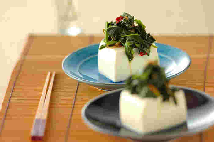 モロヘイヤは、野菜の王様と称されるほど栄養価が高い緑黄色野菜。だけど、意外とどう使っていいのか分からないのが実情…。そこでおすすめなのが、冷ややっこの具材として利用すること。豆板醤やゴマ油を使用して、ピリッと中華風に仕上げています。