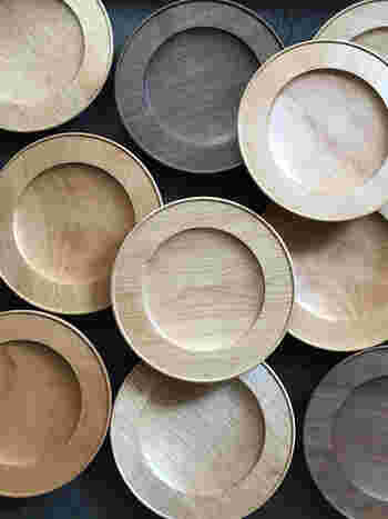 贅沢な木のリムプレート。塗装がしっかり施されているためパスタやサラダ皿として幅広く使うことができます。また幅広いリムがあることでお料理の見栄えが増します。