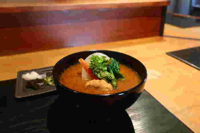 土鍋で丁寧に炊かれた抜群に美味しいお米に合わせていただくことができるのが、鶏と地野菜のみそ汁やけんちん汁などお好みでチョイスすることができる汁物や本日のお魚などなど。お米を土鍋で一斉に炊き始めるため時間制限が設けられており、入店時刻もきっちり決まっています。体の芯から自然のエネルギーを感じることができる素敵な朝ごはんは要予約で訪れてみてくださいね。