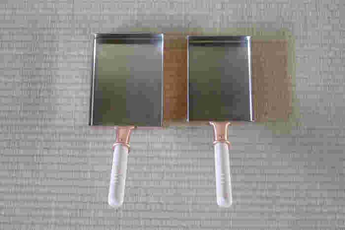 しっかり水分を拭き取った後、薄く油を塗ると、より油なじみが良くなります。メンテナンスとして定期的に行いたいですね。収納するときは、湿気に注意!湿気も黒ずみや緑青の原因になるので、乾燥材や新聞紙を利用するといいでしょう。
