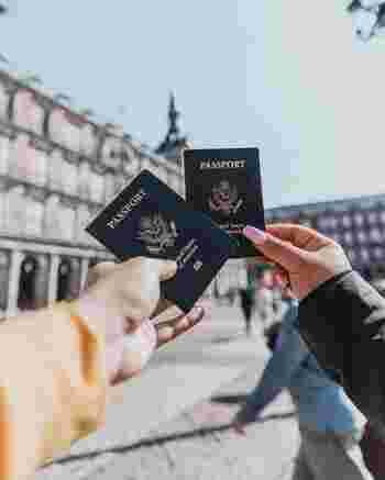 レストランやカフェなどで、先に荷物を置いて場所取りをしたり、お財布やパスポートなどを公共の場所で堂々と出したり、日本では当たり前に行っていることが、スリや置き引きのターゲットになってしまいます。旅行先によっては、カメラを首にかけていることすら、標的にされてしまう国もあるようです。