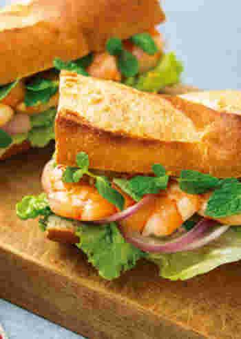 ミントは野菜と一緒にたっぷりはさんで豪快に食べるのがおすすめ!サラダ感覚で食べられる爽やかでサッパリとしたサンドイッチです。