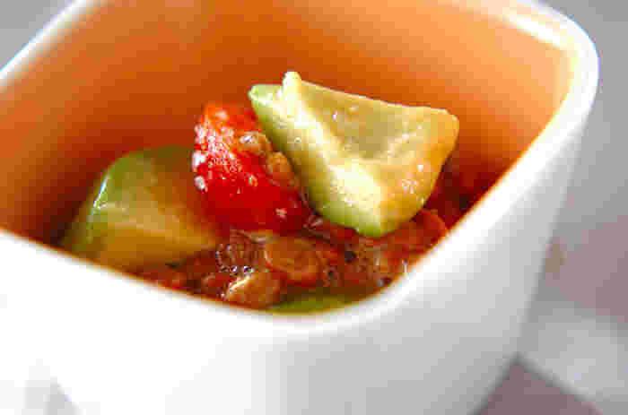 アボカドと納豆の和え物レシピ。意外な組合せと思うかもしれませんが、アボカドのこってり感と納豆のネバネバがなんともクセになる味わいです。 ごはんにかけても美味しいはず♪