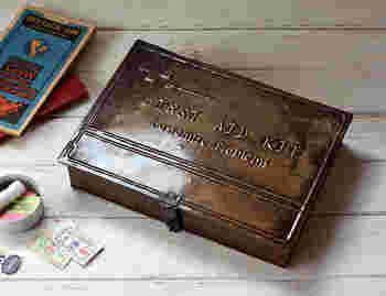 ブリキのアンティークなシャビーファーストエイドボックス。薬や小物、文具などの収納に活躍しますね。