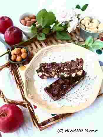 電子レンジで溶かしたチョコレートに、グラノーラやナッツを入れて固めます。お好みでドライフルーツも入れて、ザクザク食感が楽しめます。